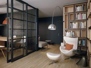 Open-space con con parete attrezzata in legno bicolore