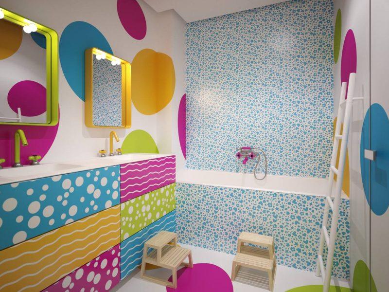 Coloratissimo bagno per bambini con pareti e pavimento in resina con decorazioni applicate